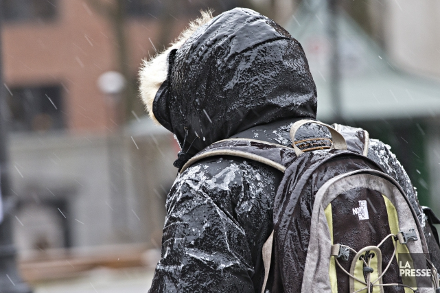 Ce matin,la pluie verglaçante a recouvert les rues... (PHOTO PATRICK SANFAÇON, LA PRESSE)