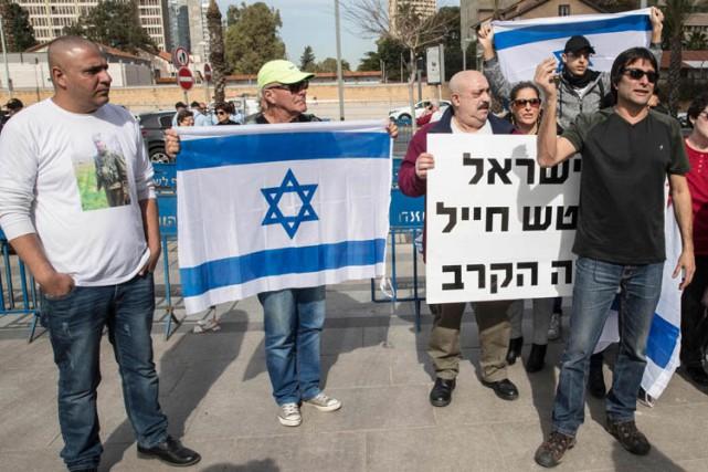 À l'extérieur du tribunal, une cinquantaine de sympathisants... (PHOTO AFP)