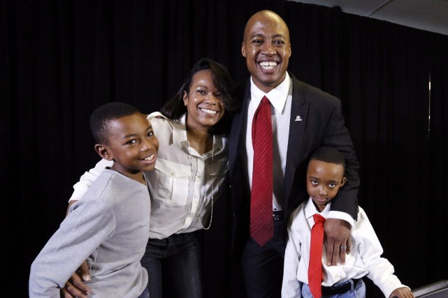 Henry Burris, entouré de son épouse Nicole et... (Photo Fred Chartrand, PC)