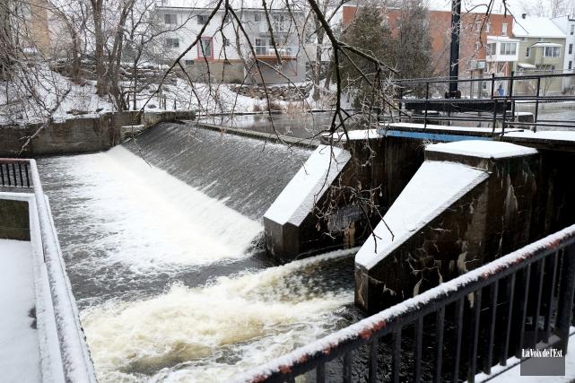 Pour rénover ses deux barrages, soient celui du... (Alain Dion, La Voix de l'Est)