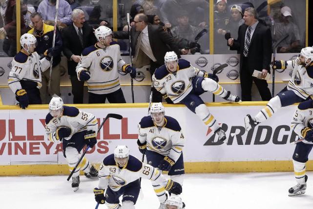 Les joueurs des Sabres célèbrent après leur victoire... (PHOTO Mark Humphrey, AP)