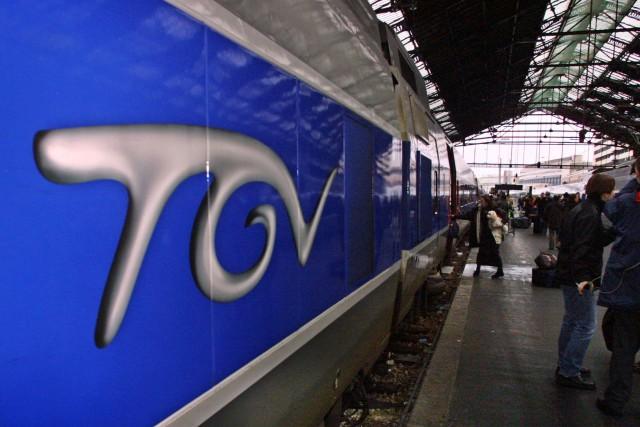 Descendus sur un quai de gare pour une pause cigarette, une jeune maman et son... (AFP, Patrick Kovarik)