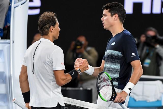 Milos Raonic (à droite) a félicité Rafael Nadal... (Photo William West, AFP)