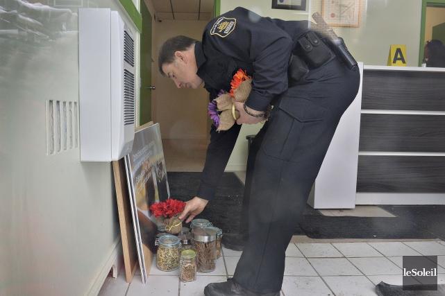 Un policier saisit des produits de la clinique... (Le Soleil, Patrice Laroche)