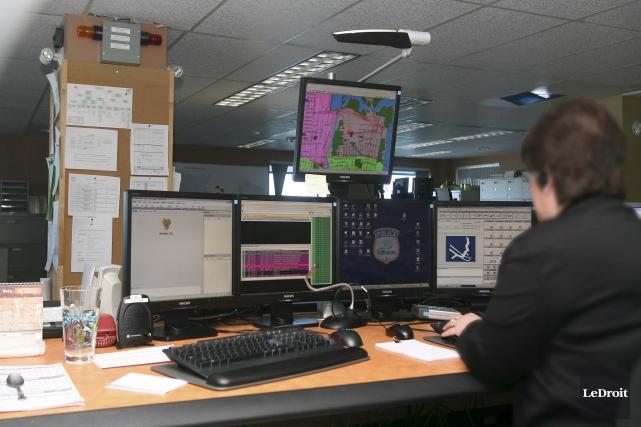 Le centre d'appel 9-1-1 au poste de police... (Patrick Woodbury, archives Le Droit)
