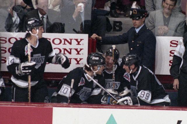 Luc Robitaille, Jari Kurri et Wayne Gretzky discutent... (Archives, La Presse)