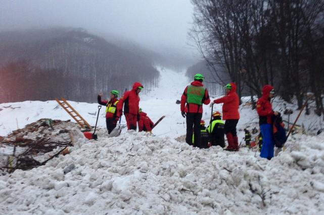 Une équipe de secouristes était à l'oeuvre sur... (AFP, LORENZO NATRELLA)