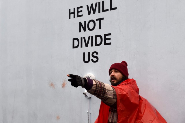 Shia LaBeouf sur les lieux de son «happening»... (PHOTO ARCHIVES AFP)