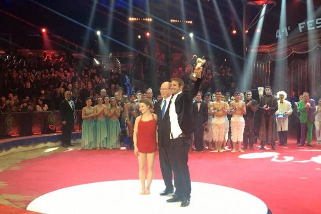 Émilie Fournier et Alexandre Lane ont reçu le... (Photo fournie par le Festival de cirque de Monte-Carlo)