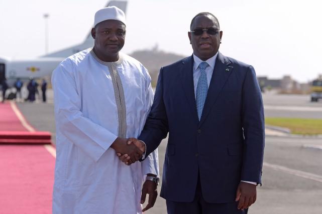 Adama Barrow (à gauche) et le président du... (Photo Agence France-Presse)
