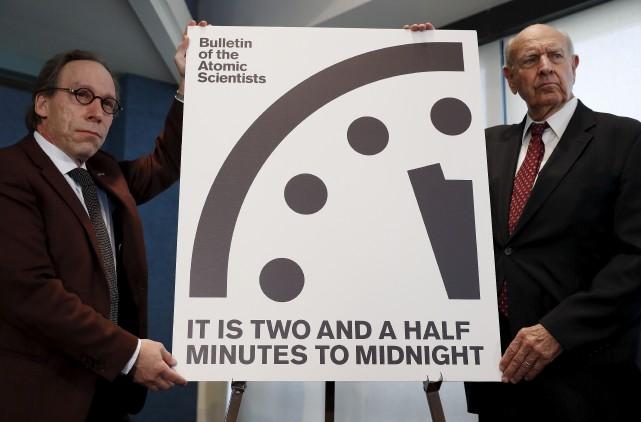 Les scientifiques Lawrence Krauss et Thomas Pickering ont... (AP, Carolyn Kaster)