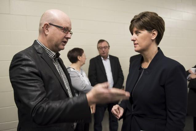 Le maire d'Asbestos Hugues Grimard discute avec la... (Spectre Média, Jessica Garneau)