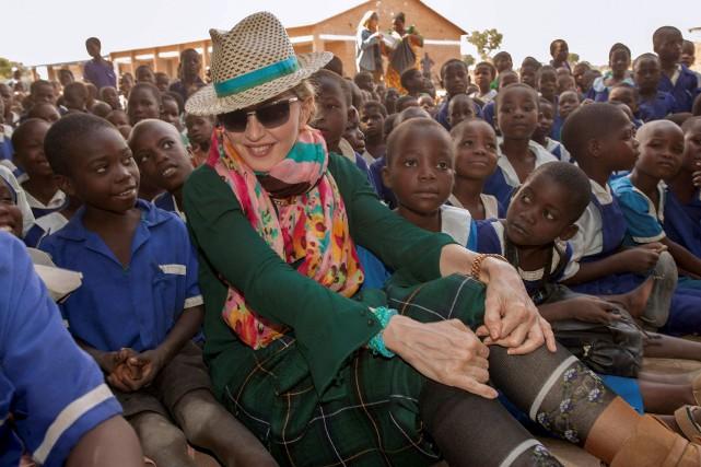 Madonna lors d'un séjour au Malawi, en 2014... (archives Associated Press)