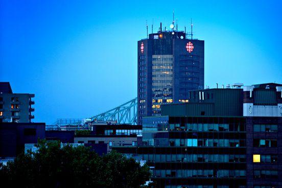 La Tour de Radio-Canada, vue depuis le centre-ville... (Archives, La Presse)