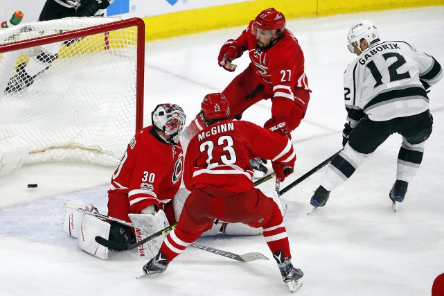 Marian Gaborik a déjoué Justin Faulk (27), Brock... (Photo Karl B DeBlaker, Associated Press)