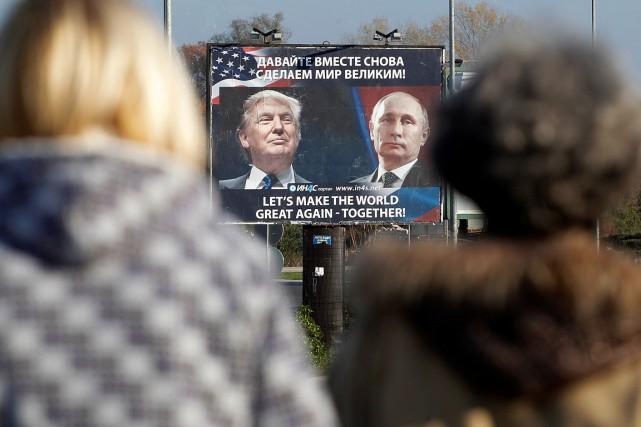 Un panneau d'affichage montre le président Trump et... (Stevo Vasiljevic, REUTERS)