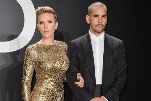 Scarlett Johansson et le journaliste français Romain Dauriac... (PhotoRob Latour, Archives Associated Press)
