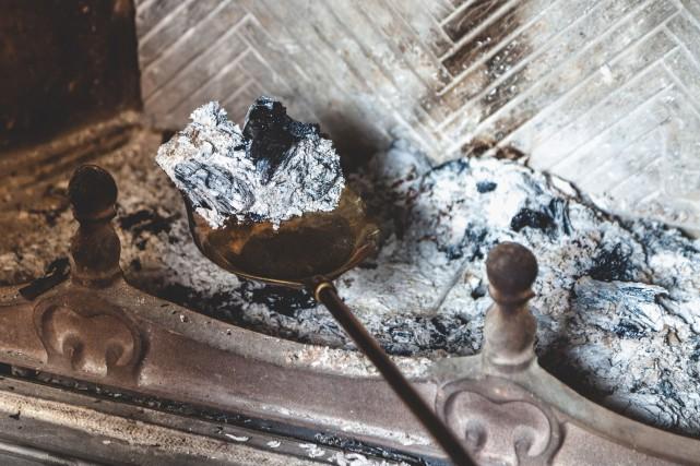 Videz régulièrement les cendres du foyer ou de... (123 RF)