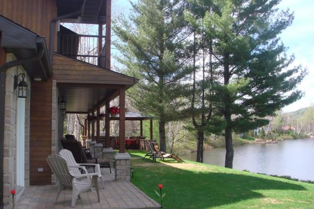 La maison coup de coeur de cette semaine, est nichée en bordure du lac des...