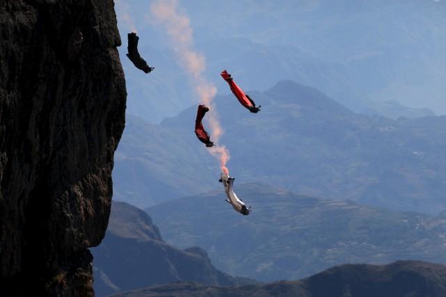 Des pratiquants de vol en combinaison ailée effectuent... (Photo archives Reuters)