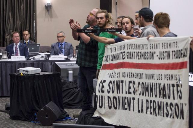 Des manifestants avaient perturbé les audiences du projet... (Archives La Presse canadienne)