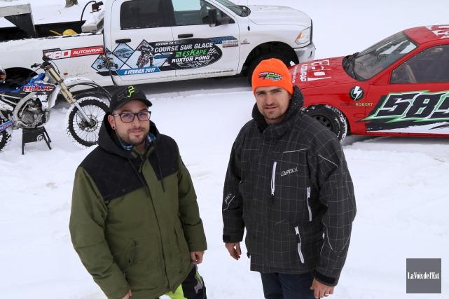 Le pilote Claude Bernier (à gauche) et le... (Janick Marois, La Voix de l'Est)