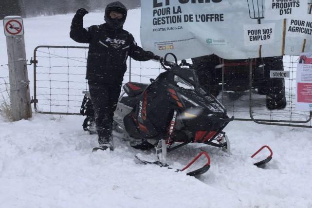 Jonathan Blais pose devant les barrières qu'il fermera... (Photo fournie, Jonathan Blais)