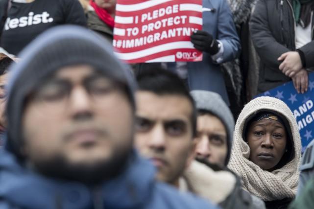 Des gens manifestent à New York en appui... (AP)
