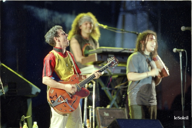 Manu Chao était accompagné d'une dizaine de musiciens... (Photothèque Le Soleil, Jean-Marie Villeneuve)