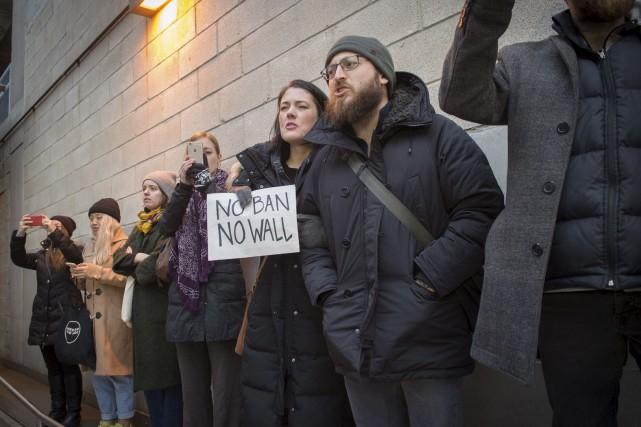 Des manifestants réagissent à la signature du décret... (AFP)
