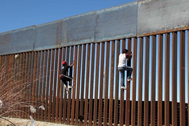 Des garçons s'amusent à essayer de grimper le... (AFP, Herika Martinez)