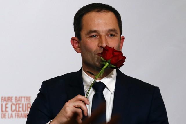 Benoît Hamon embrasse une rose, l'emblème du PartiSocialiste.... (AP)