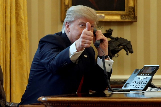 Donald Trump lève le pouce lors de son... (PHOTO REUTERS)