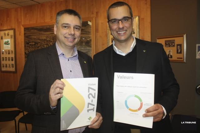 Le maire André Bellavance et son directeur général,... (La Tribune, Yanick Poisson)