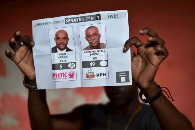 Les membres des bureaux de vote ont rapidement... (AFP, Hector Retamal)