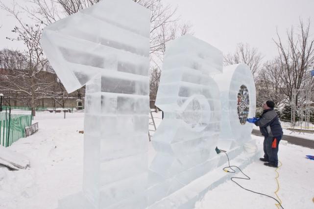 Harry MacFarlane travaille sur le monument de glace... (Martin Roy, Le Droit)
