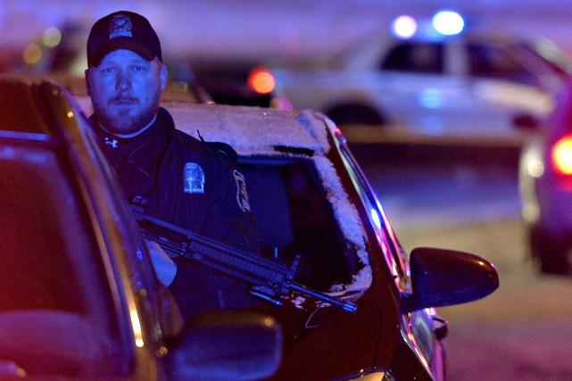 Un policier de la Ville de Québec près... (Le Soleil, Pascal Ratthé)