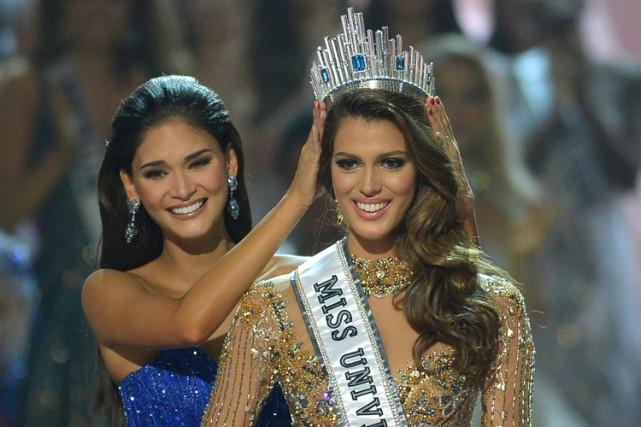 Iris Mittenaere reçoit la couronne des mains de... (PHOTO AFP)