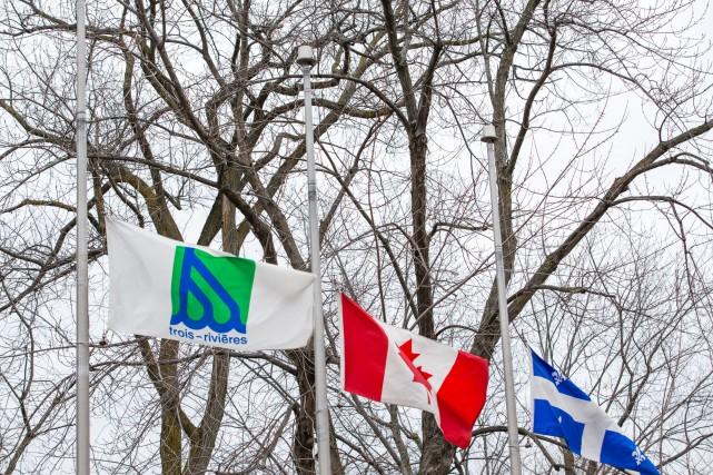Les drapeaux de l'hôtel de ville de Trois-Rivières... (photo: Olivier Croteau)