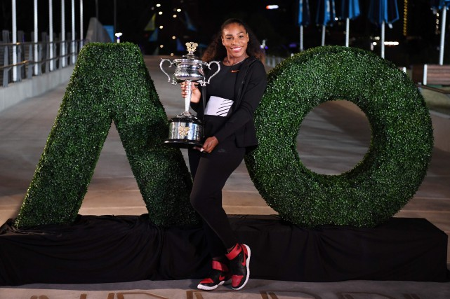Serena Williams pose pour les photographes avec son... (Photo Saeed Khan, AFP)