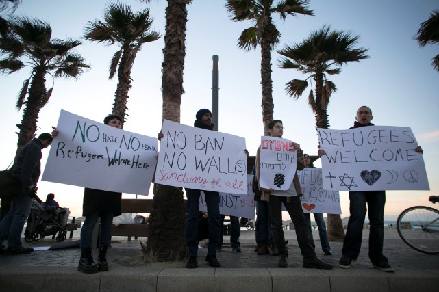 Des manifestants de l'ambassade américaine à Tel Aviv... (REUTERS)