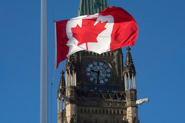 Le drapeau a été mis en berne devant... (Archives, La Presse canadienne)
