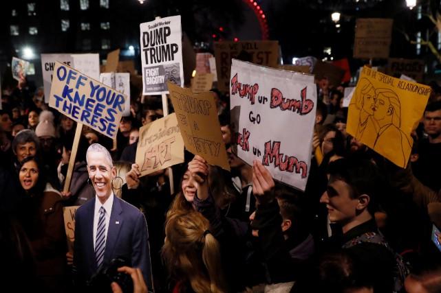 Des manifestants brandissent des pancartes pour dénoncer le... (Photo Stefan Wermuth, Reuters)