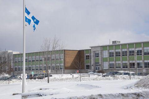 Les drapeaux sont en berne à Sherbrooke, notamment... (Spectre média, Frédéric Côté)