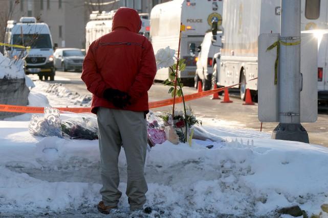 Un homme se recueille devant le Centre culturel... (Le Soleil, Erick Labbé)