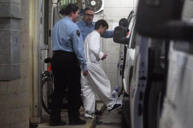 Alexandre Bissonnette (vêtu en blanc) à sa sortie... (Photo Martin Chamberland, La Presse)