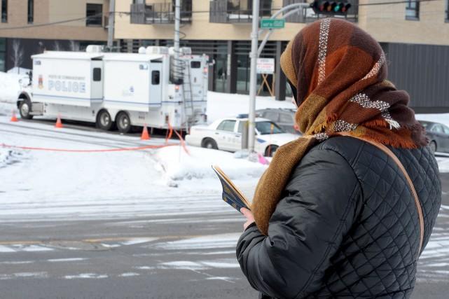 Une fidèle priant devant le Centre culturel islamique... (Le Soleil, Erick Labbé)