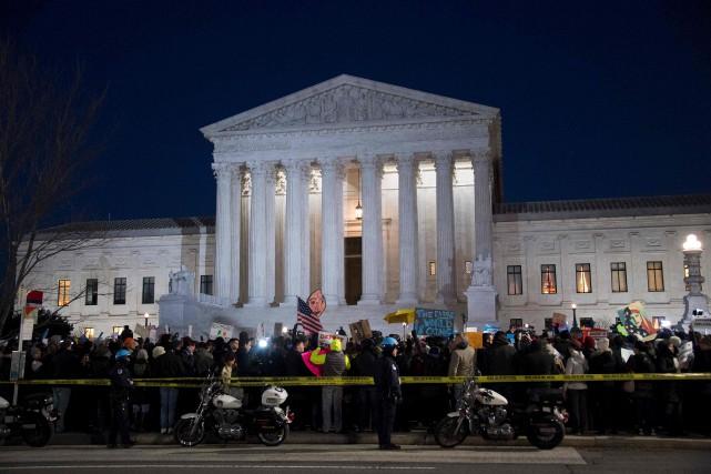 Un imposant cordon de manifestants a campé devant... (AFP, Jim Watson)