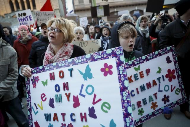 Des manifestants protestent à Cincinnati contre le décret... (AP, John Minchillo)