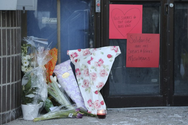 Hommage aux victimes de l'attentant de Québec devant... (Patrick Woodbury, Le Droit)